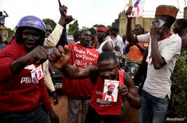 Supporters of Ugandan musician turned politician, Robert Kyagulanyi also known as Bobi Wine, chant slogans outside his home after he arrived from the U.S. in Kampala, Uganda, Sept. 20, 2018.