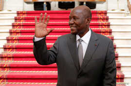 Ivory Coast Prime Minister Daniel Kablan Duncan waves after the resignation of his government in the Presidential Palace in Abidjan, Ivory Coast, Jan. 9, 2017.