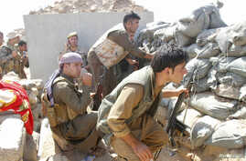 Volunteers with Kurdish peshmerga forces clash with Islamic State militants in the town of Daquq, south of Kirkuk, September 30, 2014.  REUTERS/Ako Rasheed (IRAQ - Tags: POLITICS CIVIL UNREST CONFLICT) - RTR48BJX