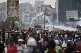 Security forces spray demonstrators with water canons during an anti-government protest demanding Venezuelan President Nicolas Maduro open a so-called humanitarian corridor for the delivery of medicine and food aid, in Caracas, Venezuela, May 22, 201
