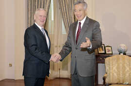Singapore's Prime Minister Lee Hsien Loong, right, meets U.S. Defense Secretary Jim Mattis, for a bilateral meeting at the Istana or Presidential Palace in Singapore on June 2, 2017.