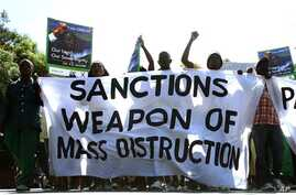 Zimbabwe's ruling party ZANU-PF war veterans march past the US Embassy holding placards condemning sanctions against their government in Harare, Zimbabwe, Apr 23, 2010 (file photo)
