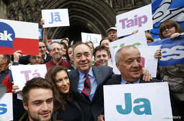"""Scotland's First Minister Alex Salmond, center, poses with supporters of the """"Yes Campaign"""" in Edinburgh, Scotland, Sept. 9, 2014."""