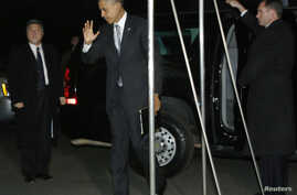 U.S. President Barack Obama waves to reporters as he and his family return to the White House in Washington, November 7, 2012.