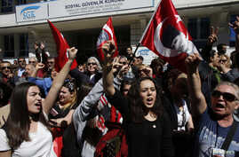 Supporters of Republican People's Party (CHP) shout anti-government slogans outside the Supreme Electoral Council (YSK) in Ankara April 1, 2014. Turkey's main opposition CHP party said on Monday it would appeal against municipal election results in t