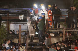 The body of miner is carried to an ambulance in Soma, a district in Turkey's western province of Manisa, May 14, 2014.
