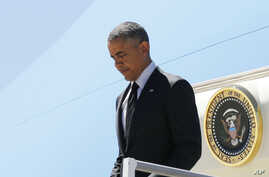U.S. President Barack Obama disembarks from Air Force One as he arrives at Los Angeles International Airport in Los Angeles, California, July 23, 2014.