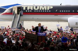 Secret Service agents surround U.S. Republican presidential candidate Donald Trump during a disturbance as he speaks at Dayton International Airport in Dayton, Ohio, March 12, 2016.