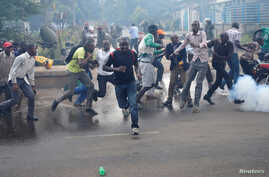 Protesters, rallying against what they see as a biased electoral commission, run away from police during clashes in Nairobi, Kenya, May 16, 2016. The country is scheduled to hold presidential and parliamentary elections in August 2017.