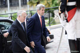French Foreign minister Jean-Marc Ayrault (L) welcomes U.S. Secretary of State John Kerry upon his arrival for an international and interministerial conference in a bid to revive the Israeli-Palestinian peace process, in Paris, France, June 3, 2016.