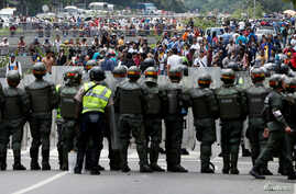 Opposition supporters clash with Venezuelan National Guards during a rally to demand a referendum to remove President Nicolas Maduro in Caracas, Venezuela, May 18, 2016.