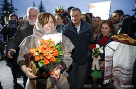 Nobel Prize in Literature laureate Svetlana Alexievich (L) is followed by her supporters after her arrival at Minsk's International Airport, Belarus, Dec. 15, 2015.