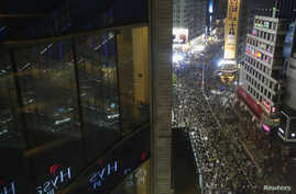 Hundreds of protesters block the main road at Causeway Bay shopping district in Hong Kong September 30, 2014. Tens of thousands of pro-democracy protesters extended a blockade of Hong Kong streets on Tuesday, stockpiling supplies and erecting makeshi