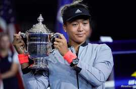 Naomi Osaka of Japan holds the U.S. Open trophy after beating Serena Williams of the USA in the women's final of the 2018 U.S. Open tennis tournament at the USTA Billie Jean King National Tennis Center in New York, Sept, 8, 2018. (R. Deutsch/USA Toda