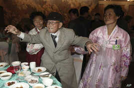 South Korean Yoo Youn-shick, 92, center, dances as his North Korean nieces stand by in a dinner during the Separated Family Reunion Meeting at Diamond Mountain resort in North Korea, Thursday, Feb. 20, 2014.