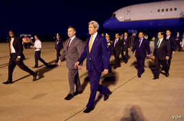U.S. Ambassador to Cambodia William Heidt, center, escorts U.S. Secretary of State John Kerry, right, after he arrives at Phnom Pehn International Airport in Phnom Pehn, Cambodia, Jan. 25, 2016.