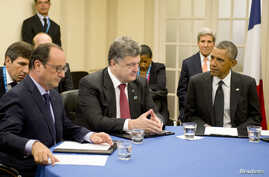 French President Francois Hollande (L), Ukrainian President Petro Poroshenko (C) and U.S. President Barack Obama (R) meet to discus Ukraine at the NATO summit in Newport, Wales, Sept. 4, 2014.