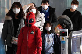 Passengers wearing masks to prevent a new coronavirus arrive at Incheon International Airport in Incheon, South Korea, January…