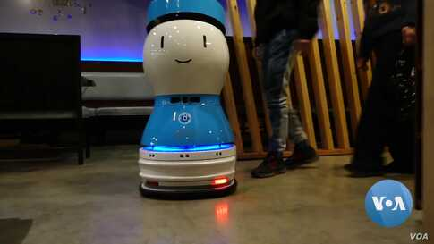 Robot Waiters Speak, Serve Food at this Restaurant