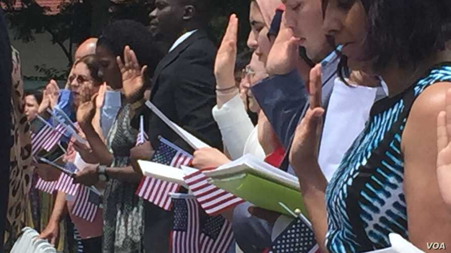 A group of people take part in the naturalization ceremony in Mount Vernon, Virginia. (J. Oni/VOA)