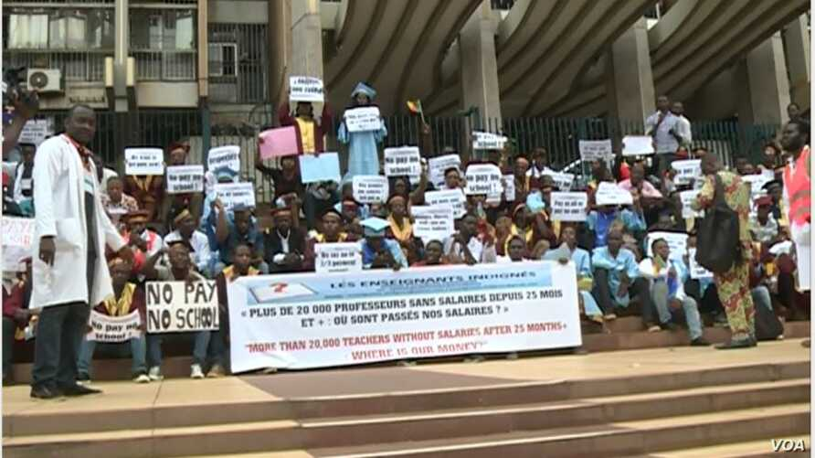 Teachers strike in front of the Ministry of Finance in Yaounde, Cameroon, March 28, 2017. (M.E. Kindzeka/VOA)