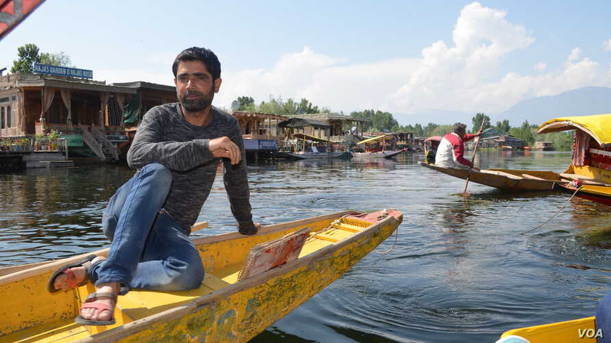 Boatman Imran Dar waits for tourists at the scenic Dal Lake in the summer capital, Srinagar, but says he hardly had any work this year. (A. Pasricha/VOA)