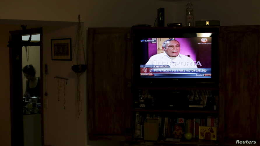 Panama's former dictator Manuel Noriega is seen on a television screen in Panama City June 24, 2015. Noriega offered an apology to the country after 25 years in jail during an exclusive interview with a local news channel.