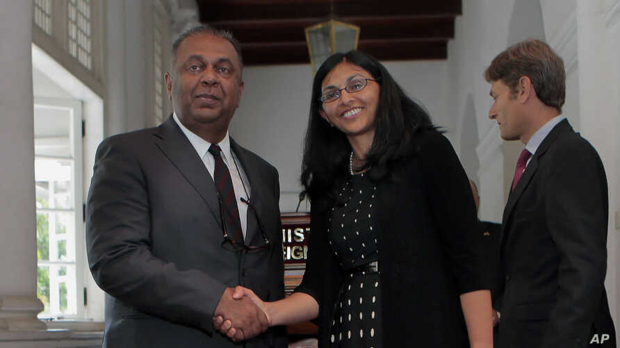 Foreign Minister of Sri Lanka Mangala Samaraweera, left, and U.S. Assistant Secretary of State Nisha Biswal prepare to address media in Colombo, Sri Lanka, Aug. 25, 2015. Assistant Secretary of State for Democracy, Human Rights and Labor Tom Malinows