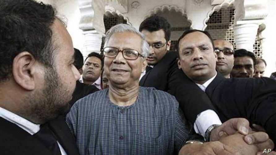 Bangladeshi Nobel laureate Muhammad Yunus, center, comes out of the High Court in Dhaka, Bangladesh (File Photo - March 3, 2011)