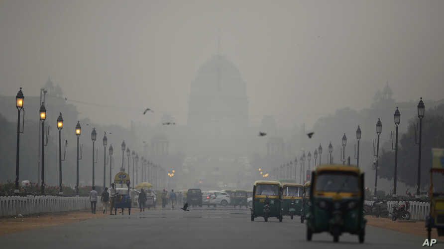 India's Rashtrapati Bhawan, or the Presidential Palace is partly visible due to smog as traffic plies on Rajapth, the ceremonial boulevard in New Delhi, India, Nov. 1, 2018.