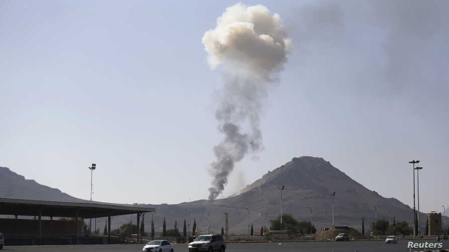 Smoke rises from an army weapons depot hit by a Saudi-led air strike in al-Nahdain mountain in Yemen's capital Sana'a, Oct.25, 2015.