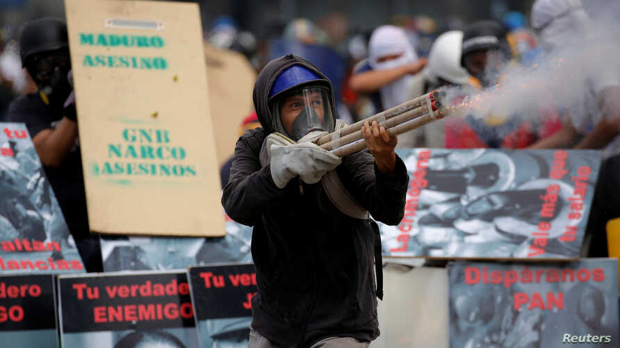 Demonstrators clash with riot security forces while rallying against Venezuela's President Nicolas Maduro in Caracas, Venezuela, June 10, 2017.