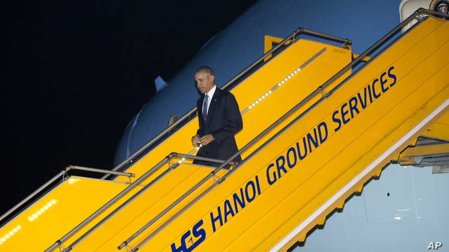 U.S. President Barack Obama arrives on Air Force One at Noi Bai International Airport in Hanoi, Vietnam, May 22, 2016. Obama is on a weeklong trip to Asia as part of his effort to pay more attention to the region and boost economic and security coope