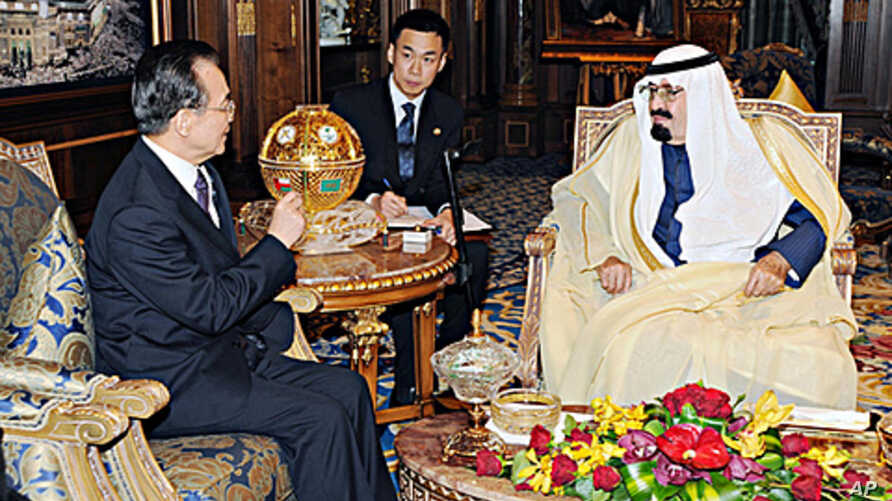 Saudi King Abdullah meets with Chinese Premier Wen Jiabao at the Royal Palace in Riyadh, January 15, 2012.