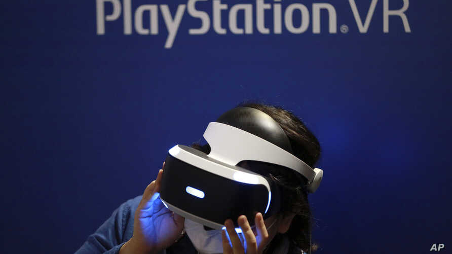A visitor tries out a Sony's PlayStation VR headgear device at the Tokyo Game Show in Makuhari, near Tokyo, Japan, Sept. 15, 2016.