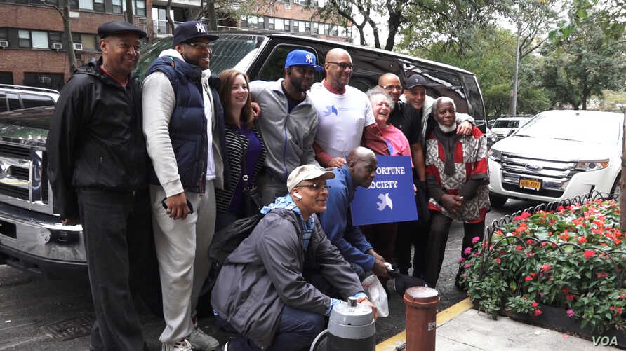 New Yorkers on felony parole, who cannot vote in the 2016 U.S. presidential election, traveled to Cleveland, Ohio, to educate formerly incarcerated adults about their voting rights. (R. Taylor/VOA)