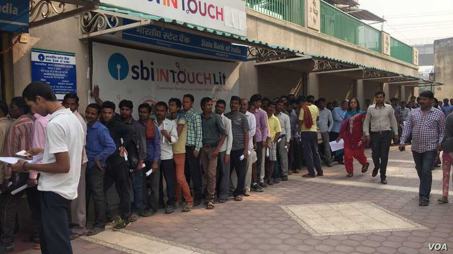 Many began lining up outside this bank in Gurgaon near New Delhi even before it opened its shutters to exchange notes that have been scrapped. (A. Pasricha/VOA)