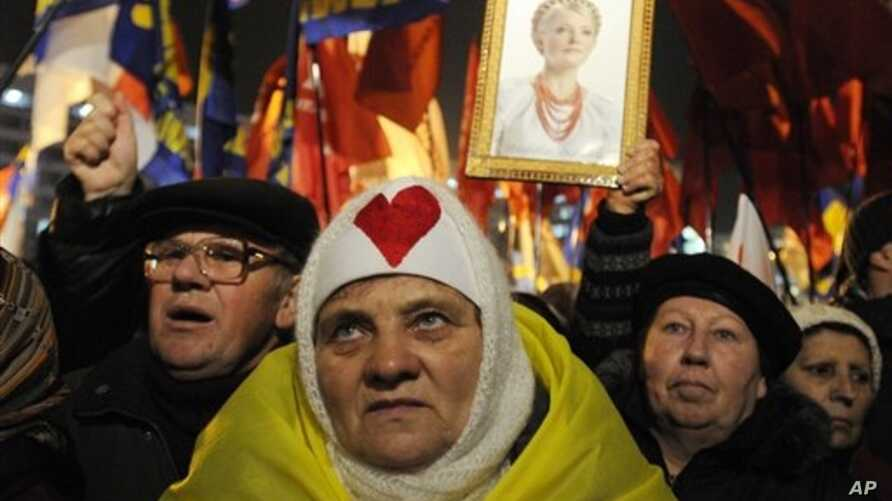 Supporters of the Ukrainian Opposition party take part in a rally outside Central Elections Commission, Kiev, Nov. 12, 2012.