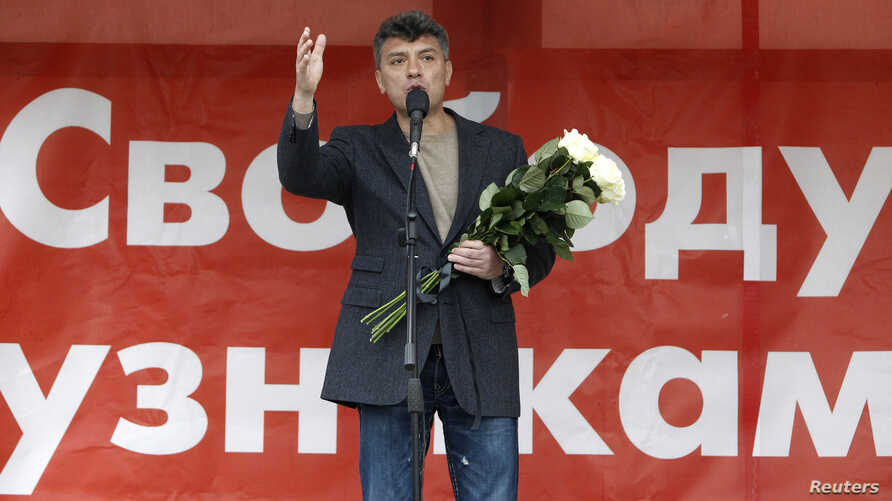 """FILE - Boris Nemtsov addresses supporters during a protest rally in Moscow, May 6, 2013.  Russian protesters unfurled a huge banner demanding the release of """"political prisoners"""" on Monday, at the start of a day of protest against President Vladimir"""