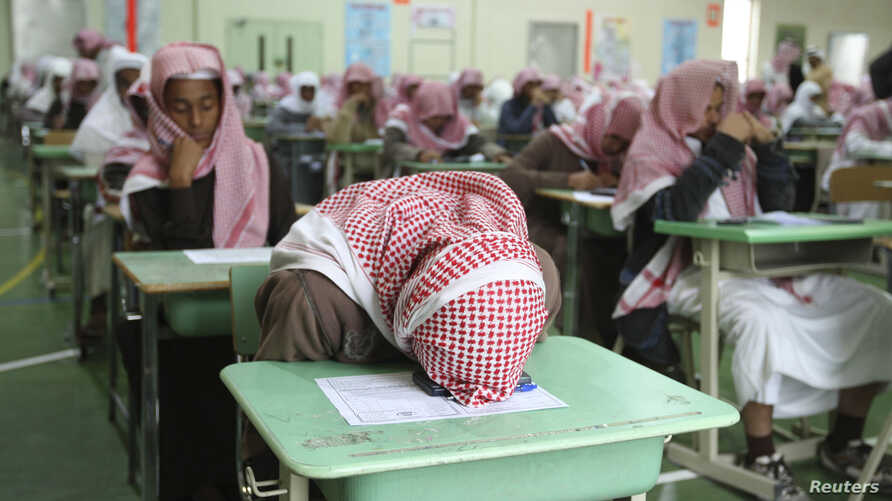 Secondary school students sit for an exam in a government school in Riyadh February 7, 2009. REUTERS/Fahad Shadeed