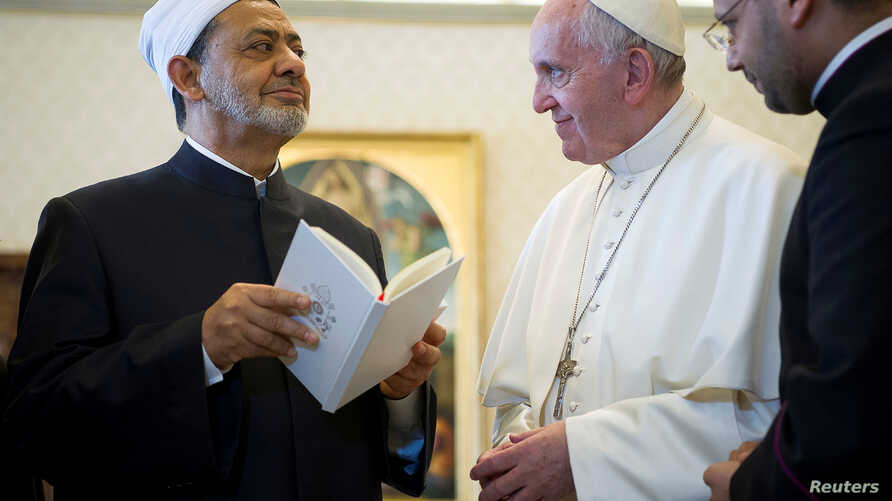 Pope Francis exchanges gifts with Sheikh Ahmed Mohamed el-Tayeb, left, Egyptian Imam of al-Azhar Mosque at the Vatican, May 23, 2016.