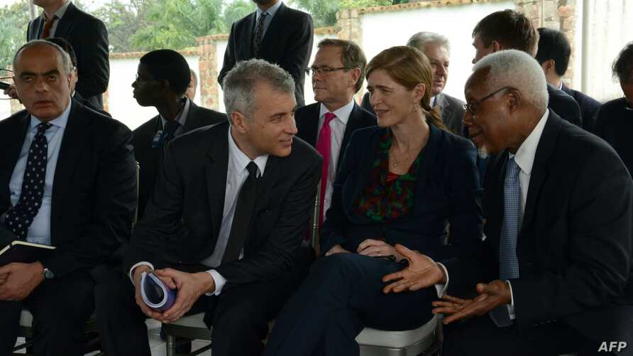 US ambassador to the United Nations Samantha Power (2nd R) speaks with other UN Security Council ambassadors on January 22, 2016  during a meetying with  the Burundian President at his residence outside Bujumbura.