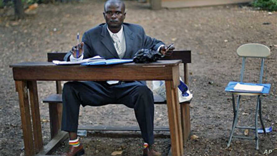 A Guinean election observer waits for votes to be counted at the closing of polls at a polling station in Conakry, 07 Nov 2010