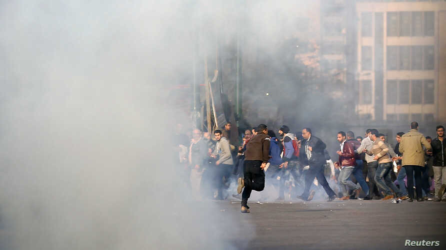 Anti-government protesters and members of the Muslim Brotherhood flee after teargas were fired by riot police during clashes at Ramsis street, which leads to Tahrir Square in downtown Cairo, on the third anniversary of Egypt's uprising, January 25, 2