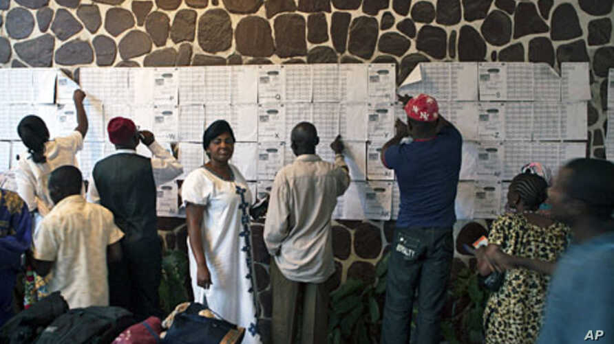 Confused voters look for their names on registration lists at a polling station in Democratic Republic of Congo's capital Kinshasa, November 28, 2011