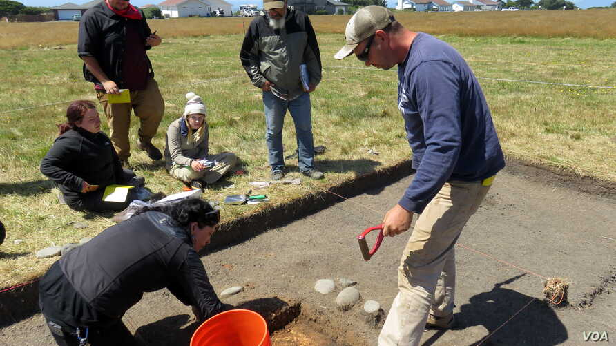 Southern Oregon University archaeology field school participants unearthed the remains of Miner's Fort in Curry County. The pioneer militia redoubt was besieged near the end of the Rogue River Indian War in 1856. (Tom Banse for VOA)