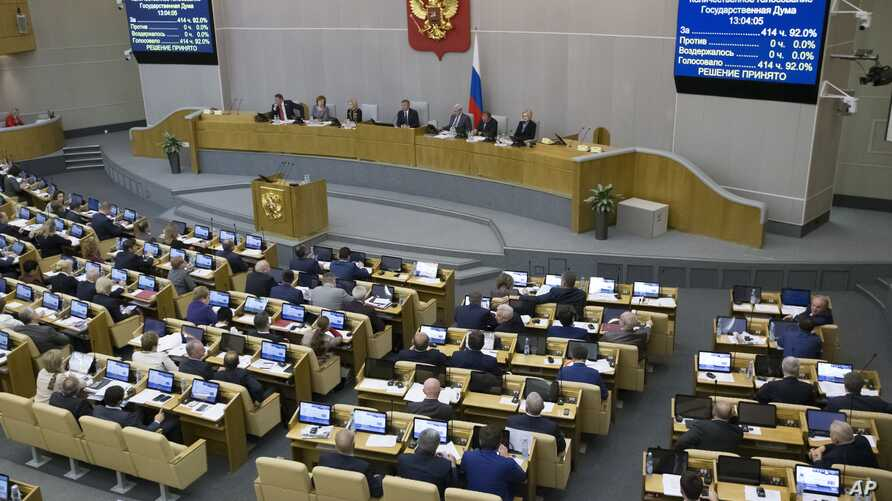 Russian lawmakers vote at the State Duma, the Lower House of the Russian Parliament in Moscow, Nov. 15, 2017.
