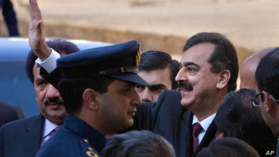 Pakistan Prime Minister Yusuf Raza Gilani (C) waves to supporters from the steps of the Supreme Court after his contempt hearing in Islamabad, January 19, 2012.