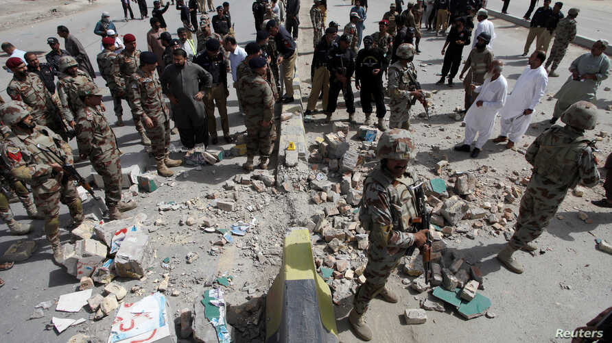 Security officials gather at the site of a bomb explosion in Quetta, Pakistan, Aug. 11, 2016.