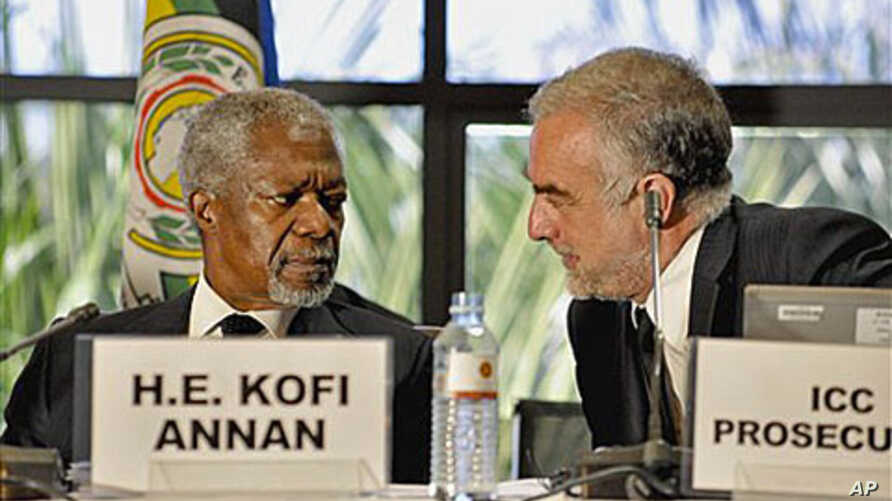 Former UN Secretary General Kofi Annan, left, talks with ICC Chief Prosecutor Luis Moreno-Ocampo, right, during the opening of the Review Conference of the Rome Statute of the International Criminal Court in Kampala, Uganda, May 31, 2010 (file photo)